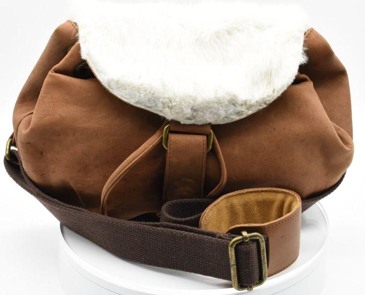 Bolsa de canasta de piel con pelaje de conejo en la solapa de la parte frontal.  #Bolsa #tipo #cesta #piel #pelaje #conejo #finelookingstore   Bucket bag of leather and rabbit fur  #Bucket #bag  #leather #rabbit #fur #finelookingstore