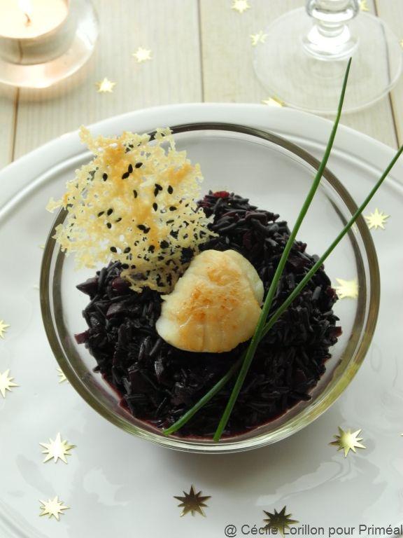 Riz noir crémeux & Noix de Saint-Jacques snackée à l'huile de noisette, tuile de parmesan et sésame noir