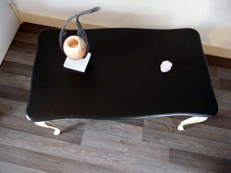 Élégante table de salon ou table d'appoint en marbre et laiton moulé, relooking imitation ardoise et couleur sable ; de quoi apporter une touche vintage tout en gardant un côté chic et contemporain.