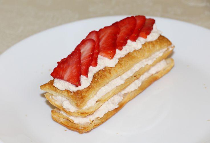 Milhojas de fresas con chocolate blanco Un delicioso postre o merienda de fresas. Lo recomiendo totalmente, ¡en mi casa encantó! Y con esta receta participo en el reto de fresas en facilisimo.