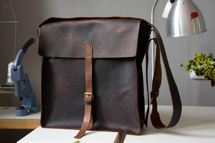 Duża torba z grubej, mięsistej, woskowanej skóry w naturalną, międloną fakturę.  #MansFashion #mansBag #bag #leather #leatherBag