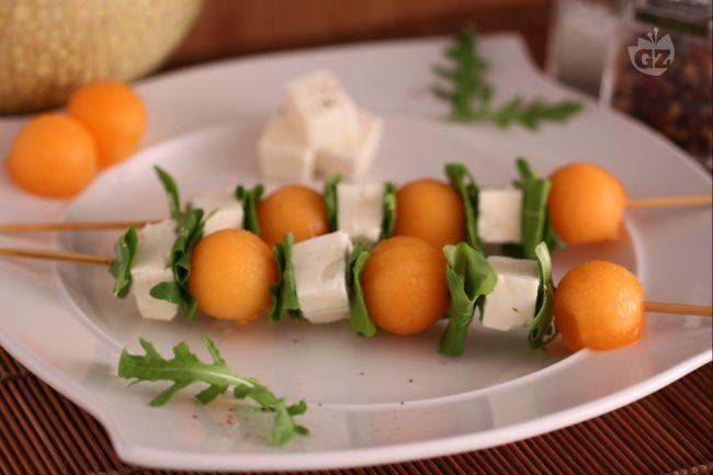 Gli spiedini di melone, feta e rucola sono freschi, profumati ed invitanti. Perfetti come antipasto per i vostri irresistibili aperitivi a casa!