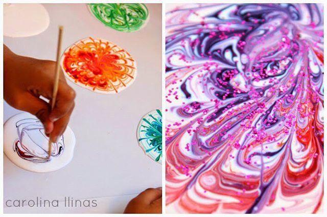 РИСОВАНИЕ НА КЛЕЮ  Понадобятся: - виниловый белый или прозрачный клей ПВА - акриловые краски или пищевые красители - несколько зубочисток  Налейте лужицу клея тонким слоем на стеклянную поверхность. Накапайте капельки краски на клей и зубочисткой выведите различные узоры. Сверху можно посыпать блеск при желании. И все, оставьте клей до полного высыхания. Может понадобится 2-3 дня в зависимости от толщины клея. Высохшие художественные лепешки аккуратно снимите с поверхности, их можно…