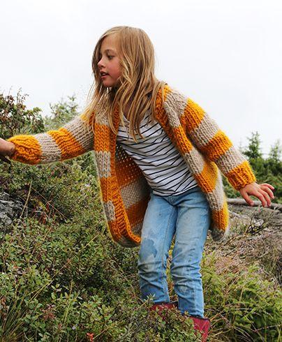 En kjempetjukk og lettstrikket jakke. Et fint prosjekt for den som skal strikke sin første jakke, du bruker tjukke strikkepinner og blir ferdig i en fei.