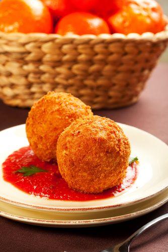 D'origine sicilienne, ces boulettes de risotto enrobées de chapelure puis frites sont un délice. Cette recette est tirée du livre Parce qu'on a tous de la visite', par Ricardo Larrivée (Éditions La Presse).