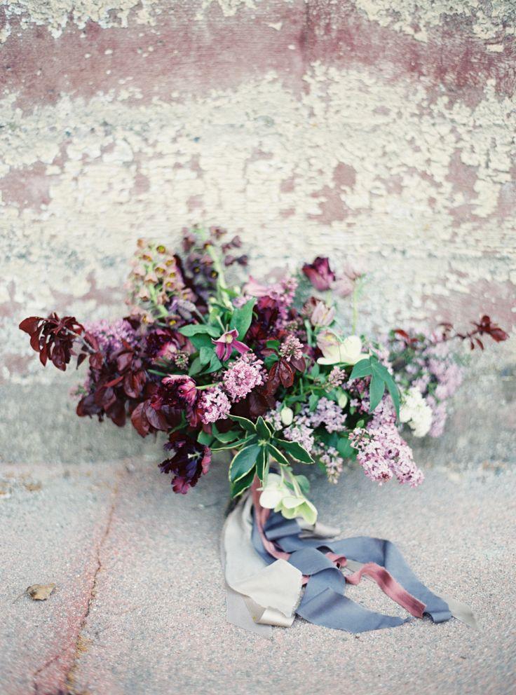 Diep donkerpaarse kleuren | Vind meer inspiratie over bloemen voor het afscheid en de uitvaart op http://www.rememberme.nl/rouwbloemen-rouwdecoratie/ | Bron: http://www.stylemepretty.com/vault/image/2929733