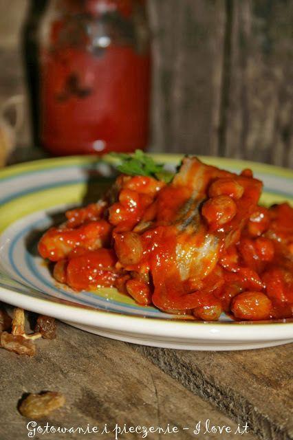 Śledzie w sosie pomidorowym z rodzynkami - http://www.mytaste.pl/r/%C5%9Bledzie-w-sosie-pomidorowym-z-rodzynkami-19088687.html