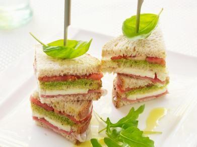Broodtorentjes met kaas, ham, pesto en tomaat