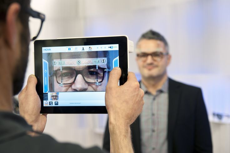 Innovation und Technologie machen Brillenshopping im Edel-Optics Flagship-Store zum Erlebnis. An iPad-Terminal haben Kunden die Auswahl an 10.000 Markenbrillen. Auch bei der Anpassung der gewählten Brille unterstützt ein iPad. #edeloptics #brille #ipad #sonnenbrille #technologie #shopping #seeandbeseen #hamburg