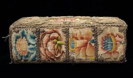 Esta encuadernación del siglo XVII es una de las mejor conservadas y más espectaculares de este tipo. Las cubiertas están forradas con un bordado de satén con hilos de oro y plata. Además tiene varias flores cuyos colores también tienen el brillo especial de la seda. #oldbooks #librosantiguos #bookbinding #encuadernacion