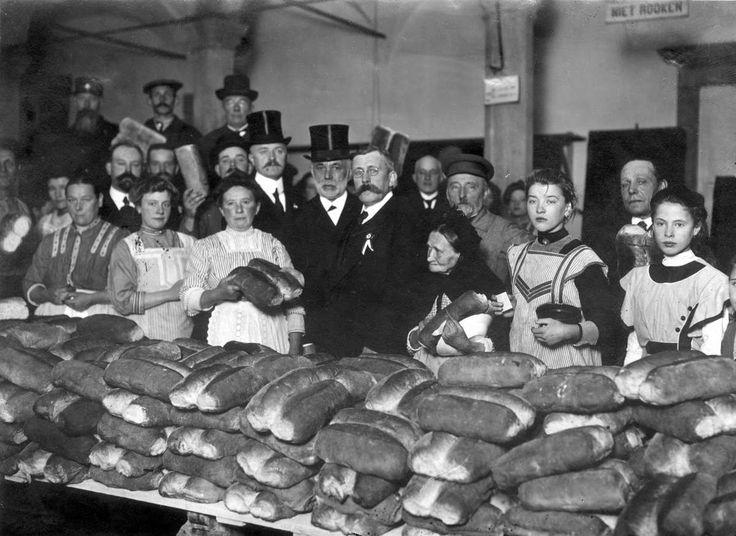 Uitdelen van wittebrood bij het vieren van Leidens Ontzet, de oktoberfeesten, Nederland 1913.