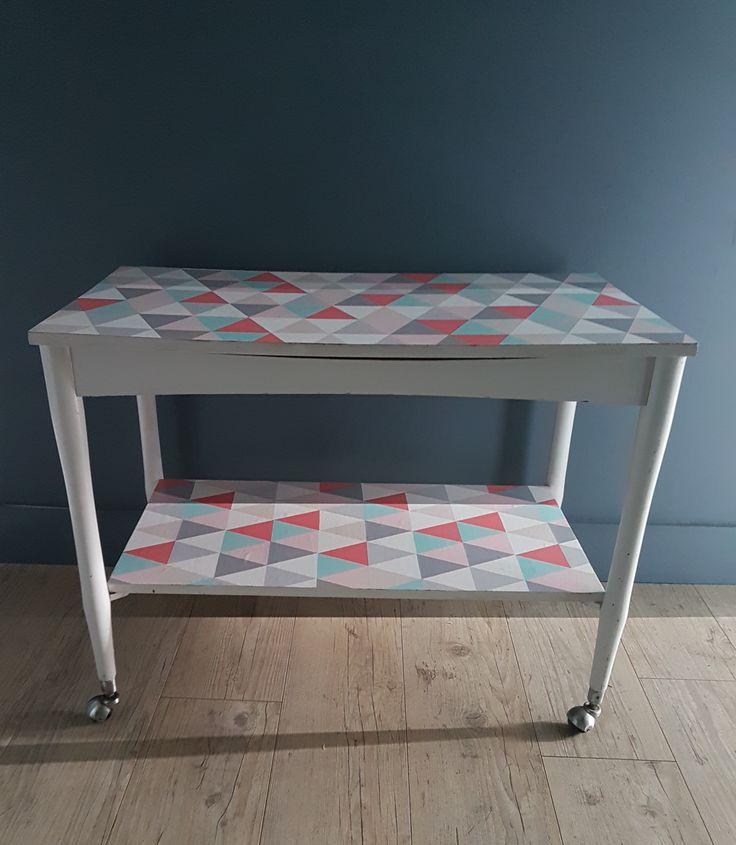 Desserte en bois sur roulettes, les plateaux sont recouverts de papier vinyle à motifs géométriques de couleur pastel
