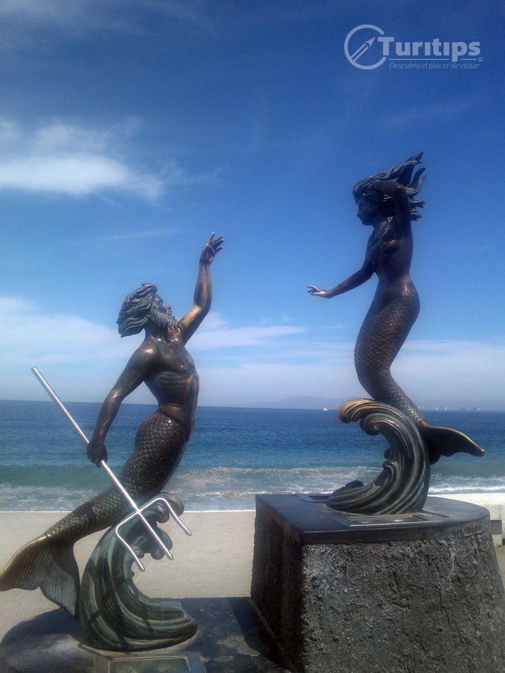 Tritón y Sirena Como su nombre lo indica, es una escultura que se concentra en dos elementos esenciales: La figura humana y la mitología clásica. Carlos Espino desarrolló esta escultura que muestra a Tritón y Sirena. Tritón, el dios griego del mar y de los terremotos, es hijo de Crono y Rea, hermano de Zeus y Hades y es esposo de Anfítrite (una ninfa marina -espíritu femenino de los mares-), quién es una de las 50 hijas de Nereo y Doris, que es a quién finalmente está tratando de alcanzar.