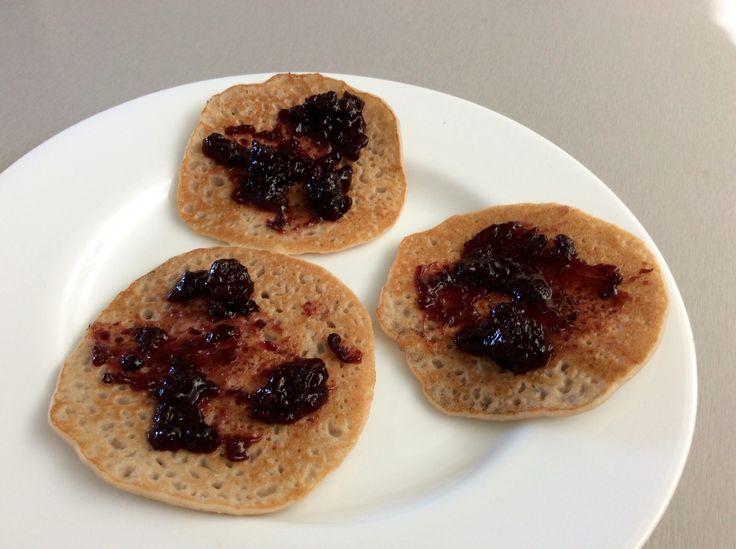 Ovesno-pohankové lívanečky s ostružinovým džemem