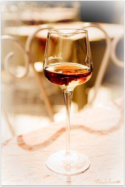 Il vin santo (o vinsanto) è un tipo di vino da dessert . Questo vino tradizionale toscano e umbro è fatto con uva di tipo Trebbiano e Malvasia. Spesso si tratta di un vino dolce. Può essere anche prodotto con uve Sangiovese e in questo caso si parla di vinsanto occhio di pernice.http://it.wikipedia.org/wiki/Vin_santo_toscano