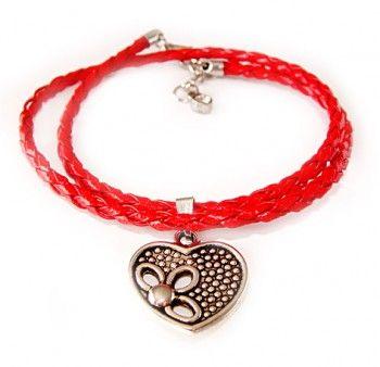 Bransoletka z rzemyka w ognistym, czerwonym kolorze z zawieszką w kształcie serca.