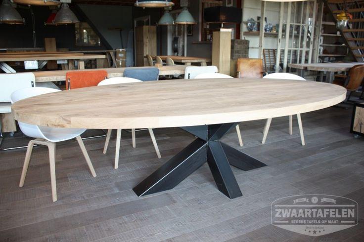 ZWAARTAFELEN I Ovale tafel in onze showroom. www.zwaartafelen.nl