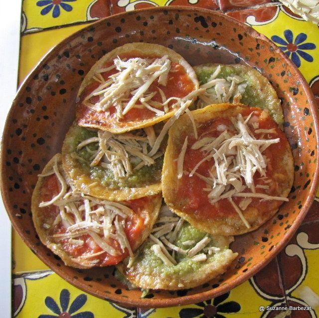 Chalupas poblanas, para continuar festejando a nuestro país! Ingredientes: 500 grs. de masa para tortillas 1 pechuga de pollo cocida y deshebrada 500 grs. de falda de cerdo cocida y deshebrada Aceite. Ingredientes para la salsa verde: 250 grs. de tomate verde 1 ramo pequeño de cilantro ½ cebolla 2 dientes de ajo 2 chiles serranos Sal y pimienta. Ingredientes para la salsa roja: 250 grs. de jitomate 2 chiles morita asados y sin semillas ½ cebolla 2 dientes de ajo Sal y pimienta. Elab…