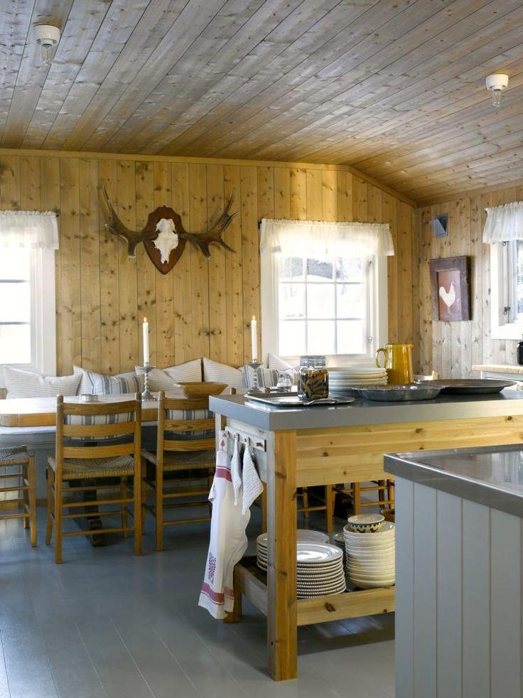 HJERTEROM: Kjøkkenet er romslig, og er hyttas hjerte. Her står også en egen kjøkkenøy som benyttes som avlastningsbord. Rundt det avlange spisebordet er det plass til mange hyttegjester.