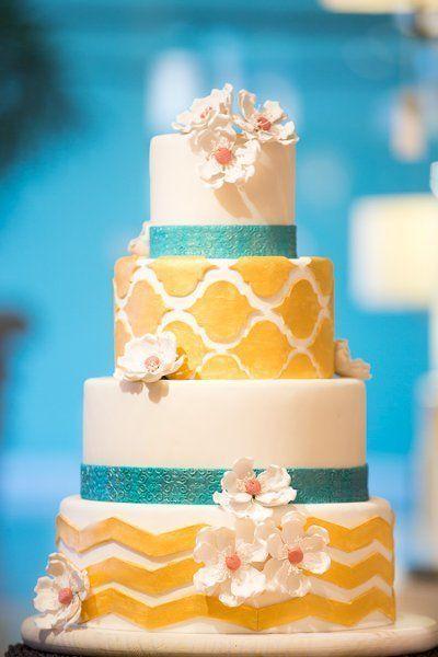 Pièce montée 2017  Ce gâteau à motifs jaune et bleu est tellement amusant! Idéal pour un mariage d'été! {Simp