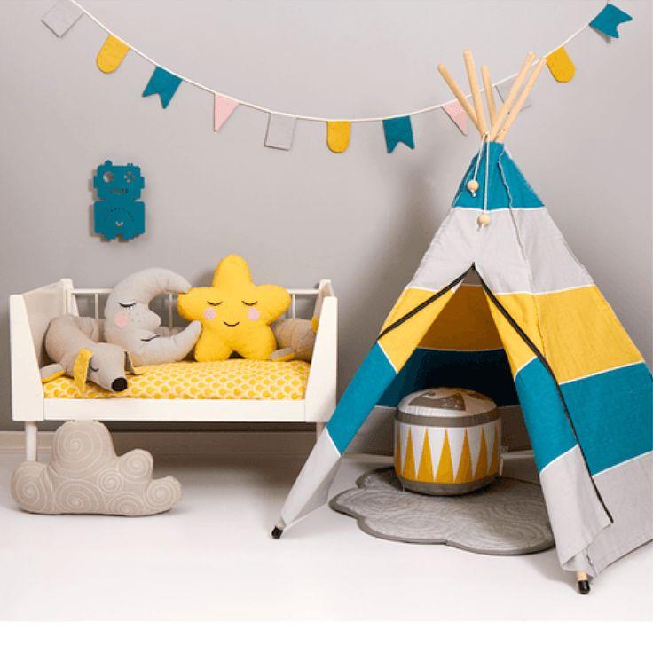 Nyhed fra Roommate. Alt du behøver for at skabe et hyggeligt børneværelse: Måne pude,  Hip Hip Hurra flagguirlande, Lazy long dog, Sky tæppe, HippieTipi, Dotty sengesæt og Soulmate Puf.