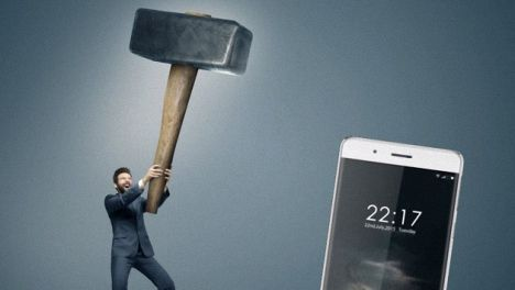 Oukitel K4000 resiste martillazo y el iPhone 5 NO