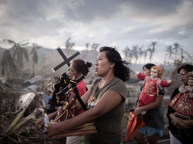 Tolosa, île de Leyte, côte orientale des Philippines, 18 novembre 2013. Dix jours après le passage destructeur du super-typhon Haiyan, une procession religieuse est organisée. Philippe Lopez