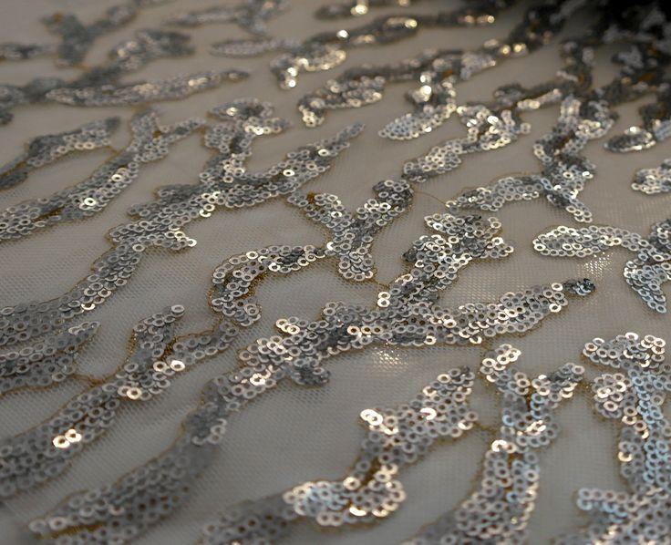 Paiete rotunde argintii de 3 mm pe tul alb KX1848W.  Latime (cm) 120 / 122; Diametru Paieta 3 mm;  Compozitie tul (%) Poliester 100%;