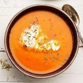 Värmande soppa där vitkål, röda linser och krossade tomater har huvudrollen. Mixa med saffran och apelsinjuice till en slät soppa med smak av medelhav. Nu har du en näringsrik måltid som blir fulländad med fänkålsfrön och en klick matyoghurt.