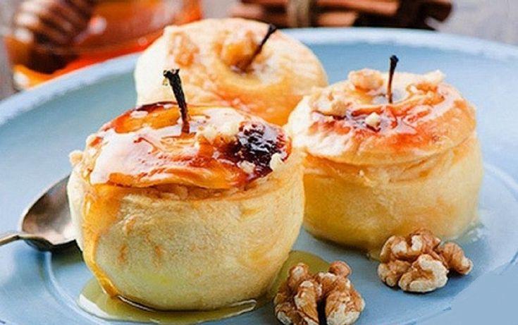 Puteți să le savurațila micul dejun, prânz sau cină! Ingrediente: -100 g brânză dulce de vaci; -4 mere; -1 gălbenuș; -1 lingură miere; -1,5 linguri griș; -1 lingură unt; -10 alune (sau puteți folosi nuci); -un vârf de linguriță de scorțisoară. Mod de preparare: 1.În griș adăugați alunele fărâmițate și untul topit. 2.Apoi adăugați deasupra: brânza de vaci, gălbenușul, mierea și amestecați totul. 3.Spălați merele și creați din ele mici boluri- tăiațile suprafața și curățați-le atent înăuntru…