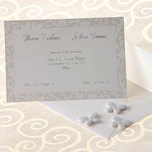 Partecipazione di Matrimonio Arte Sposain cartoncino bianco rifinita con decorazioni floreali in perla e rilievo.