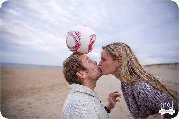 Casal brincando de bola juntos: uma ideia boba, mas super romântica e uma ótima forma de curtir o interesse do namorado no dia dos namorados