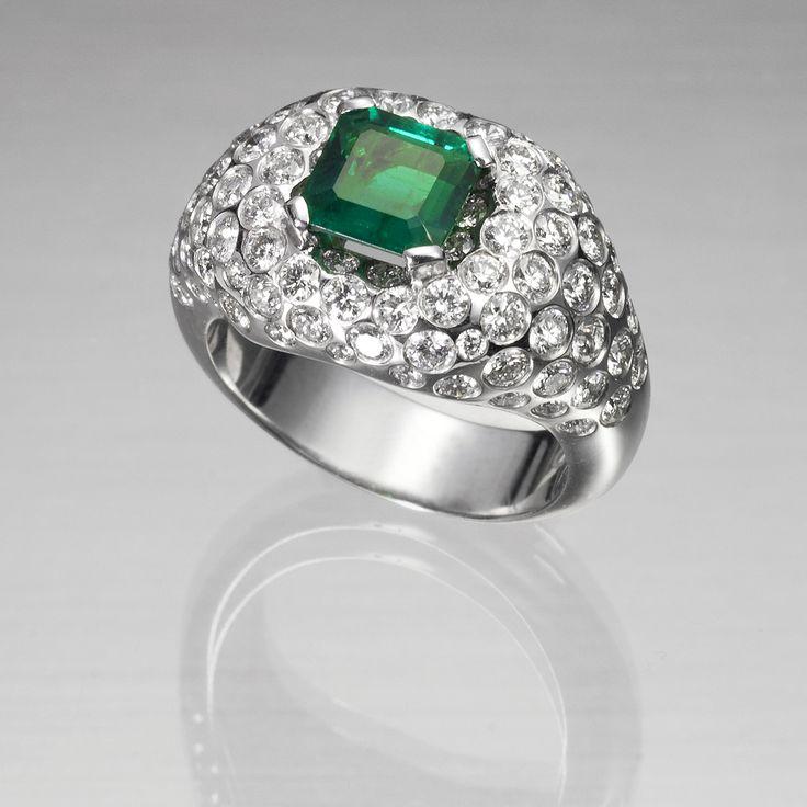 Sortija de oro blanco de 18 kilates montada con esmeralda y diamantes talla brillante