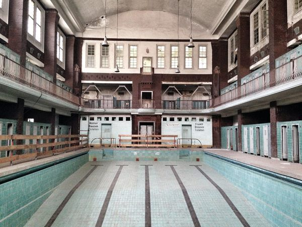 This Abandoned Swimming Pool Was Once One Of Berlin S Finest Luxury Houses Mansions Architecture House Cubist Architecture