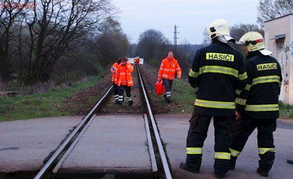 U Mlékojed na Mělnicku srazil vlak dvě dívky, obě na místě zemřely