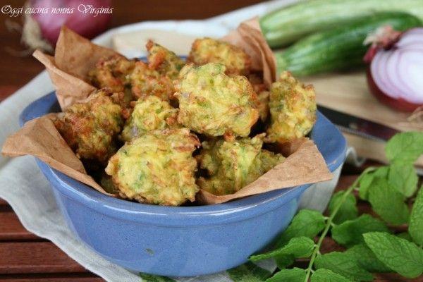 Le polpette zucchine e menta sono dei deliziosi bocconcini da mangiare uno dopo l'altro come antipasto oppure per arricchire un buffet o un aperitivo.