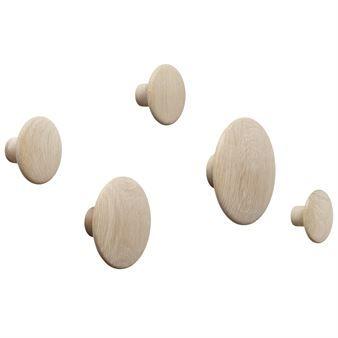 The Dots ist eine Familie von verschieden großen Wandhaken. Die runde Form in drei verschiedenen Durchmessern sorgt dafür, dass Sie von Jacken über Mäntel und anderen Accessoires alle Kleidungsstücke Ihrer Wahl aufhängen können. Bei der Anordnung dieser dänischen Design-
