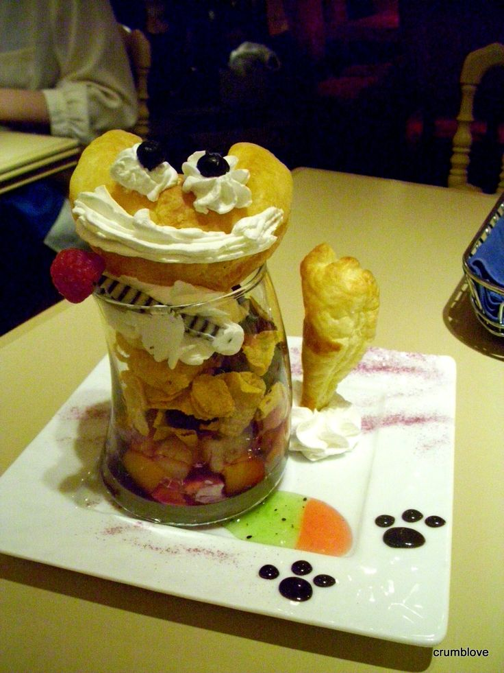 -Cheshire Cat Parfait from Alice in Wonderland Cafe in Shinjuku, Tokyo, Japan 1/4 -新宿のアリスのカフェからチェシャ猫パフェです!1/4