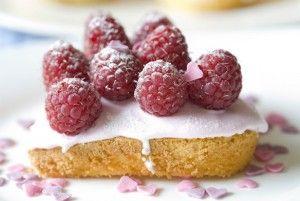Lekkere frambozentaartjes! Eigenlijk niets iets voor het ontbijt, maar wel heeeeel feestelijk als mama dit bij het ontbijt op bed krijgt!