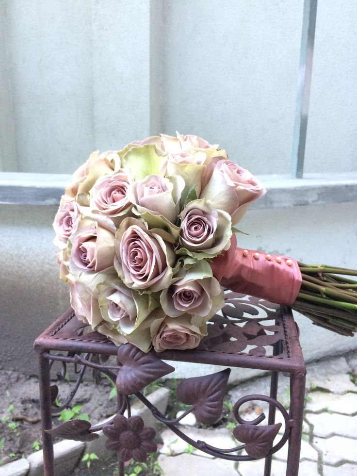 Buchetul Diana e un buchet pastelat și plin de eleganță. Simplitatea rozului combinat cu alb scot în evidență frumusețea unei rochii albe de mireasă.
