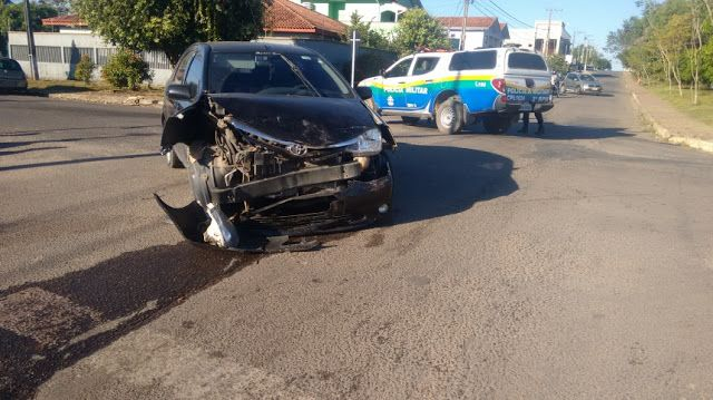 Saiba mais: http://rondoniaemfoco.com/em-ji-parana-acidente-caminhonete-capota-apos-colidir-com-carro/