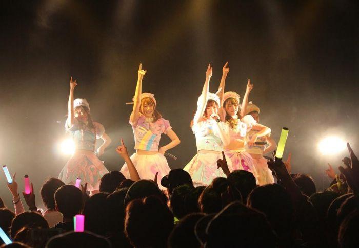 """KAWAIIを世界に発信している、5人組アイドルグループ「わーすた」が3月29日(水)、結成2周年を迎えた。  結成日当日は定期ライブ「わ-5」が開催され、昼夜二公演併せて約1,000人、平日ながら渋谷WWWXを満員動員するという大盛況に。当日はサプライズで新曲「Magical Word」を初披露。  4/19に3rdシングル「Just be yourself」のリリースを控える中で、更なる新曲を披露するという、爆裂な勢いをみせるわーすた。メンバーが習得中の外国語、英語・韓国語・中国語・フランス語をふんだんに取り入れた新曲は、「こんにちは」という""""魔法のことば""""が友達の輪を広げていく、という楽曲。和楽器の日本を感じるメロディとEDMの融和したワールドワイドを目指しているわーすたならではの新曲となっていて、海外公演にもぴったりな一曲がレパートリーに加わった。  サウンドカテゴリーは #KAWAIIEDM  昼公演では、「わ-6」が6/23(金)、新宿ReNYで開催されること、そして更に翌日6/24(土)には初めてのファンクラブバスツアーが開催となること..."""