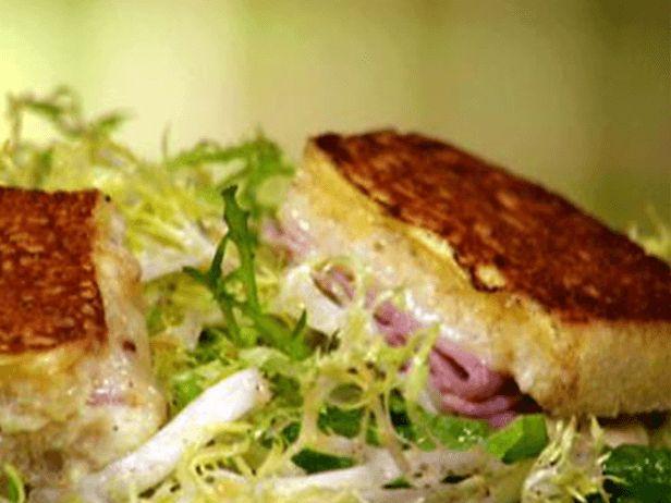 Croque Monsieur ao estilo Monte Cristo com Salada Frisée, Croûtons e Molho Vinagrete de Laranja - Food Network