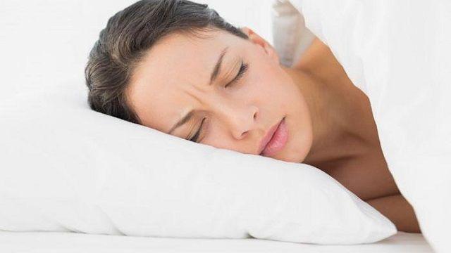 Oggi voglio parlare di sonno e di tutti i cibi che ci fanno dormire male. Bisogna stare attenti soprattutto a cena per evitare di appesantirsi troppo.