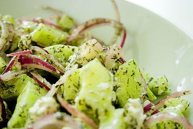 Dagens oppskrift kommer uten mange ekstra ord. Denne friske salaten er god til grillet fisk eller marinerte kyllingspyd. Agurksalat 2 agurk...