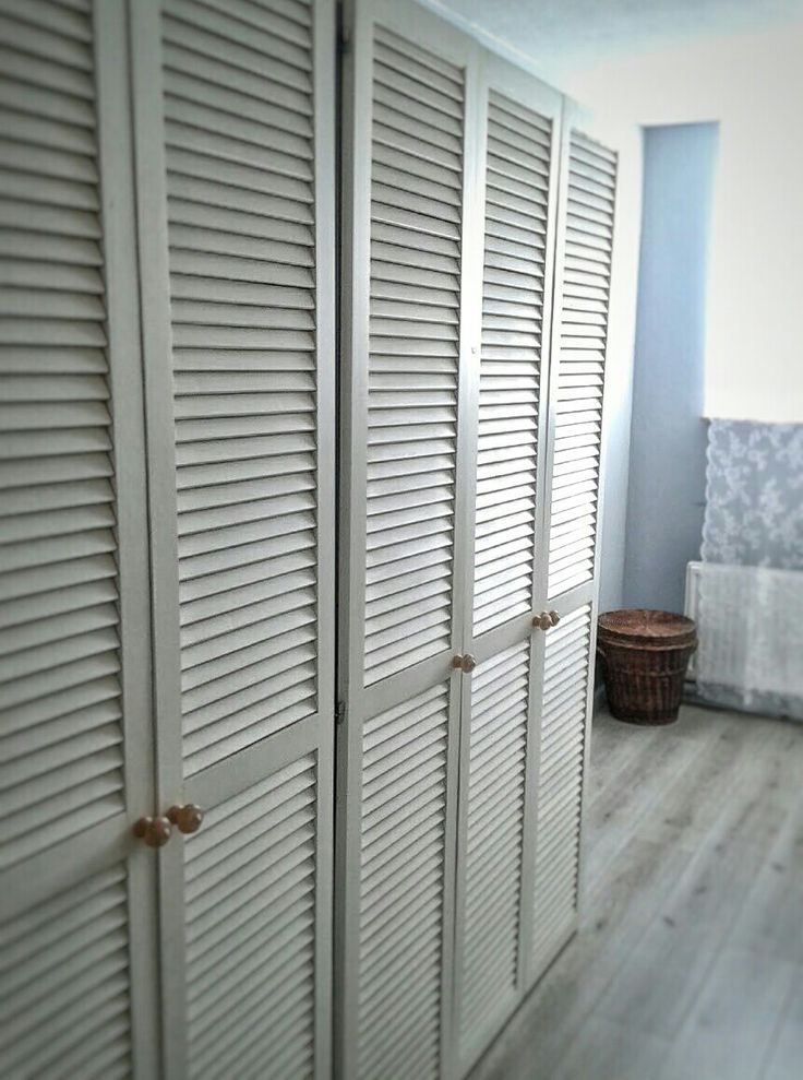 An Der Garderobe Montierte Lamellenturen Mit Scharnieren Flat Interior Design Home Louvre Doors