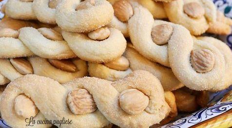 Tra i dolci tipici della tradizione culinaria pugliese ci sono le Intorchiate con le mandorle! Le Intorchiate con le mandorle, anche chiamate con il nome