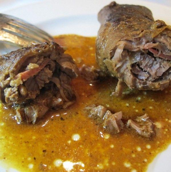 Rouladen vom Rind - - Salz & Pfeffer, 4 Scheiben Rouladenfleisch vom Rind, 2 Gürkchen, fein gehackt, 2 EL gewürfelter Speck, oder: 1 Rindswurst, Rinderschmalz zum Braten, sowie kleine Zahnstocker, 4 TL Dijonsenf, Variante: 1 EL Tomatenmark, 500 ml Fleischbrühe oder -Suppe