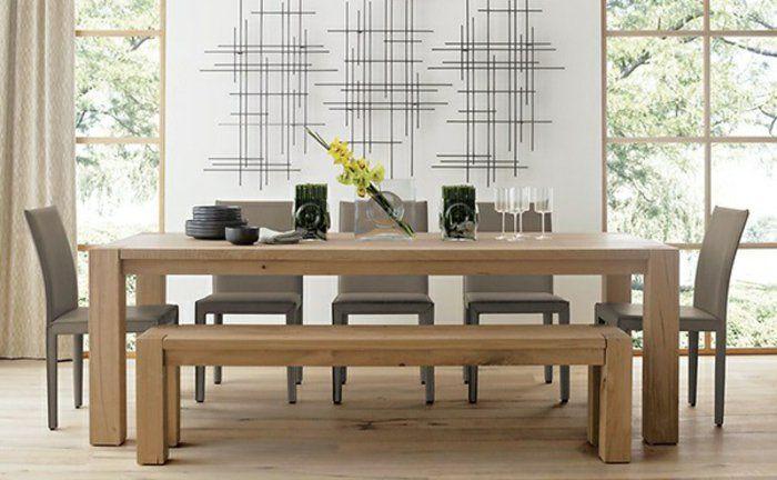 обеденный стол и скамейки сделаны из светлого дерева