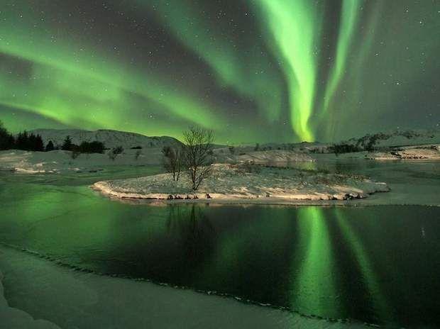 Les aurores boréalesUneaurore polaire, aussi appeléeaurore boréaledans l'hémisphère nordetaurore australedans l'hémisphère sud, se produit dans le ciel nocturne et se caractérise par des voiles ou des sortes d'ondes souvent très vertes. Comment naissent-elles? Par l'interaction entre les particules chargées du vent solaire et la haute atmosphère des pôles magnétiques. En cas d'activité magnétique solaire intense, l'arc auroral s'étend et peut envahir des zones beaucoup plus proches…